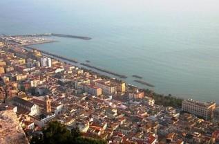 http://www.salernonotizie.net/wp-content/uploads/2012/03/golfo_salerno_panorama_alto-e1354800881213.jpg