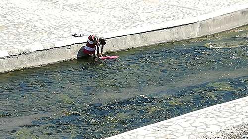 Vasca Da Bagno Usata : Salerno il fiume irno usato come vasca da bagno da famiglie rom